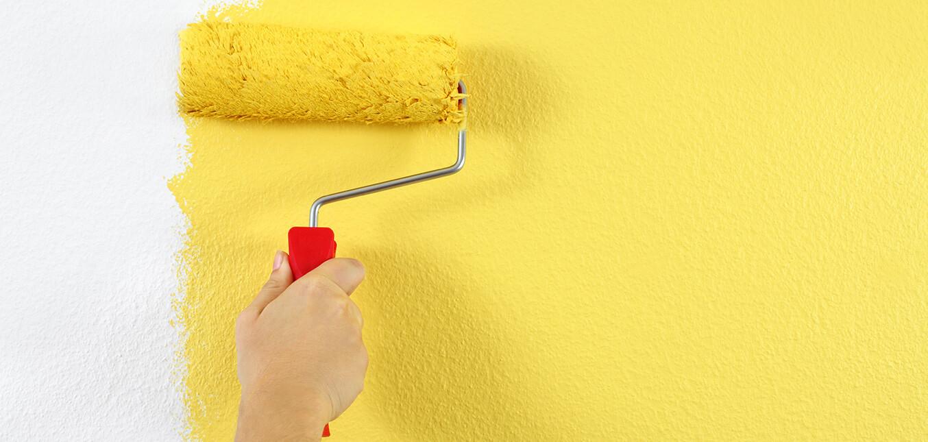 Отделка стен в квартире: клеить или красить?