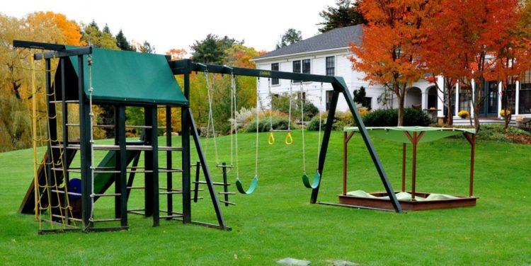 Детская площадка во дворе дома