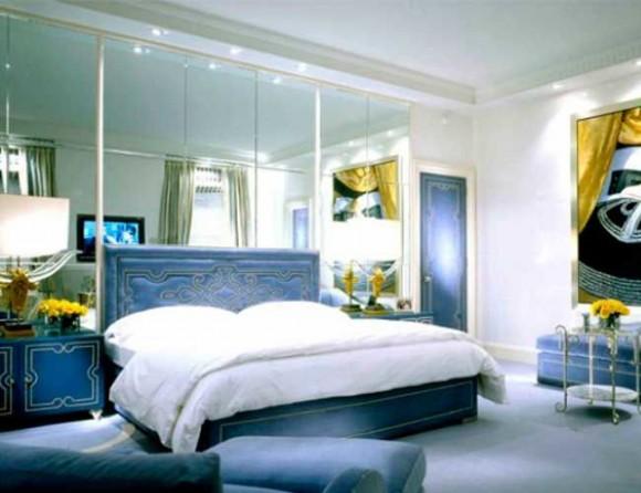 Зеркальная стена в спальной комнате