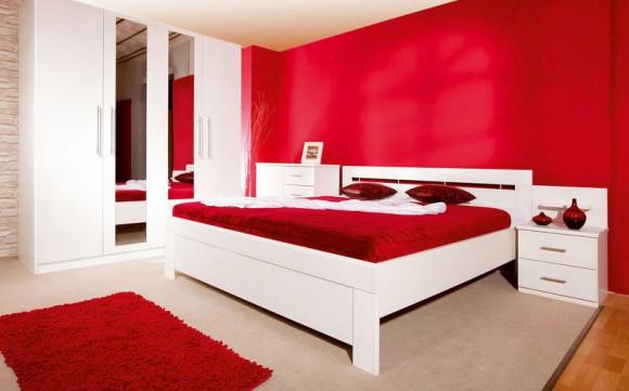 Красный в сочетании с белым в интерьере спальни.