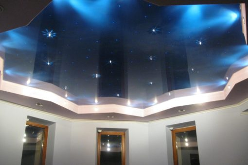 Натяжной потолок синего цвета