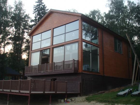 Построенный дом на склоне