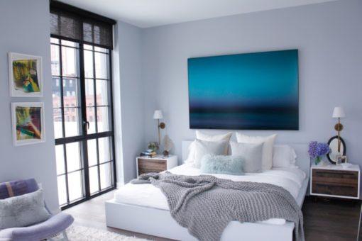 Уютная спальная комната в синих тонах